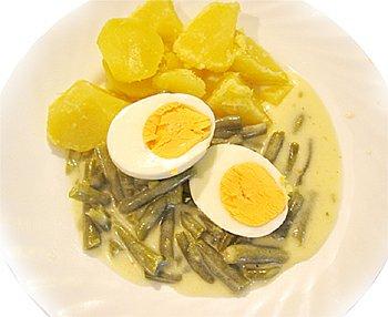 Fazolky na smetaně, vejce vařené, brambory