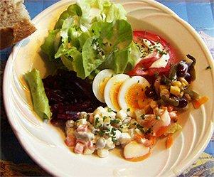 Jarní salát s vejci a chlebem
