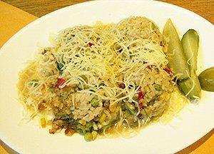 Rizoto s masem a zeleninou sypané sýrem